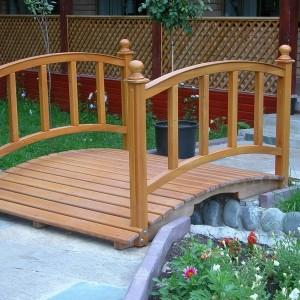 Декоративный мостик из дерева для сада
