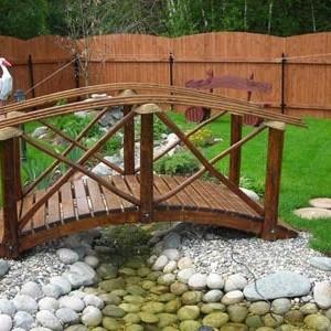 Декоративный мостик через ручей в саду
