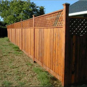 Сплошной деревянный забор с решеткой