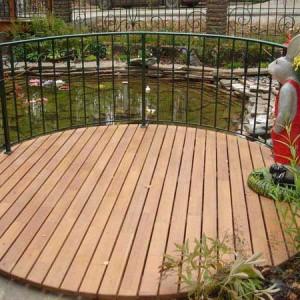 Декоративная платформа для искусственного водоема с саду