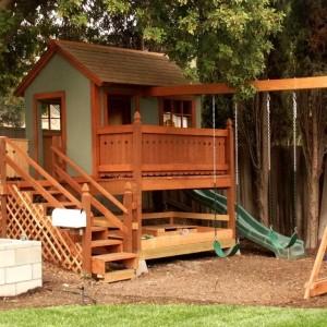 игровой комплекс для детей с деревянным домиком и качелями