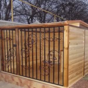 Деревянный вольер для собаки с будкой внутри