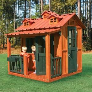 Деревянный домик для детей в саду