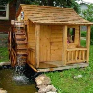 Деревянный домик для детей с водной мельницей