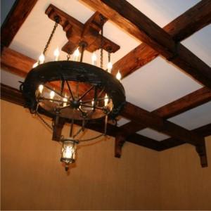 Круглая деревянная люстра под старину