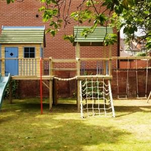 Деревянный домик для детей в составе игрового комплекса