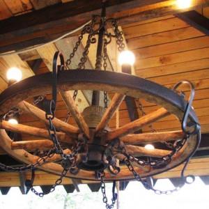 Люстра у форме колеса от телеги