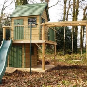 Деревянный домик с детской горкой