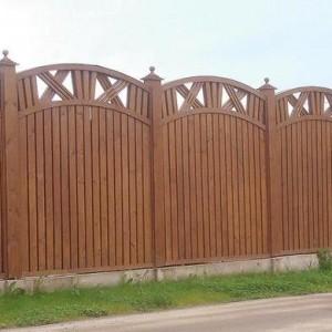 Деревянный забор с арочным верхом