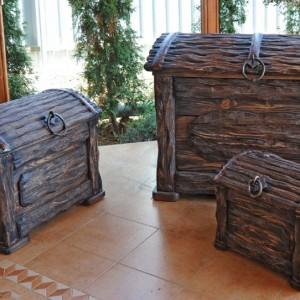 Набор деревянных сундуков