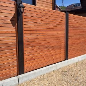 Деревянный забор с металлическими столбиками