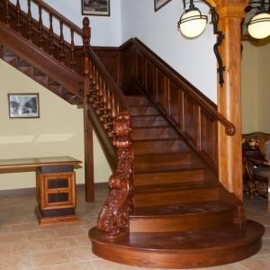 Деревянная лестница с широкими ступеньками