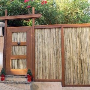 Заборы и ворота из камыша и деревянных элементов
