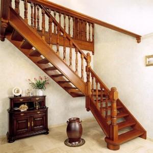 Деревянная лестница с гнутыми поручнями