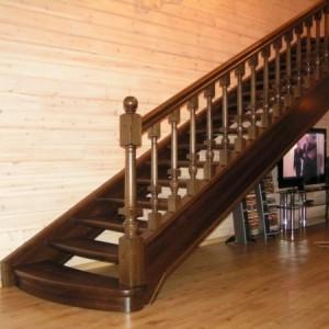Деревянная лестница в коттедже