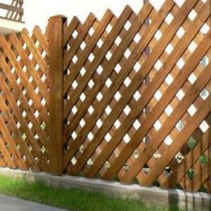 Деревянный забор с секциями в виде решетки