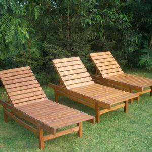 Кресла-шезлонги из дерева для дачи