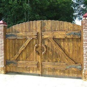 Деревянные ворота и калитки с элементами ковки
